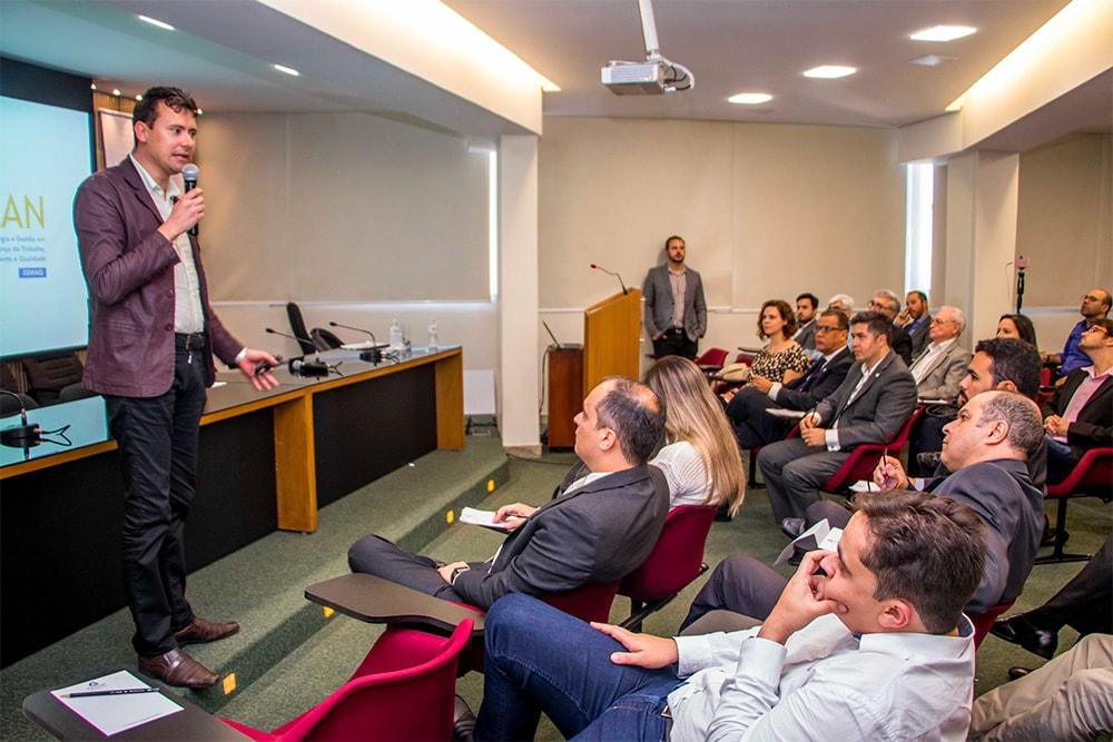 Edmar Rezende, CEO da ERPLAN apresentando no Demoday