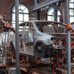 Robôs construindo um carro